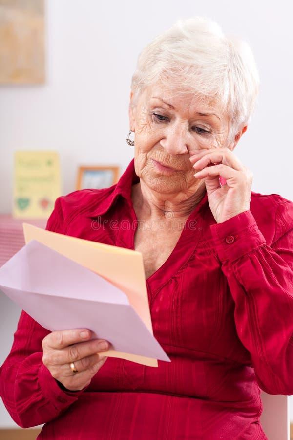 Mulher idosa movida para rasgos fotos de stock royalty free