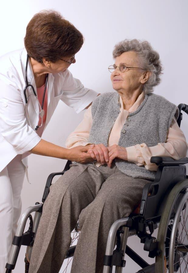 Mulher idosa na cadeira de rodas imagens de stock