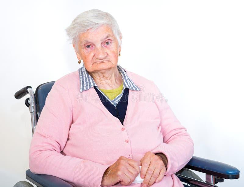 Mulher idosa na cadeira de rodas fotografia de stock