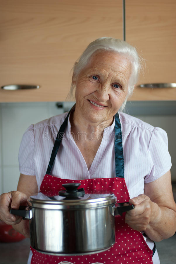 Mulher idosa na cozinha fotografia de stock royalty free