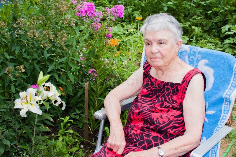 A mulher idosa na natureza fotos de stock royalty free