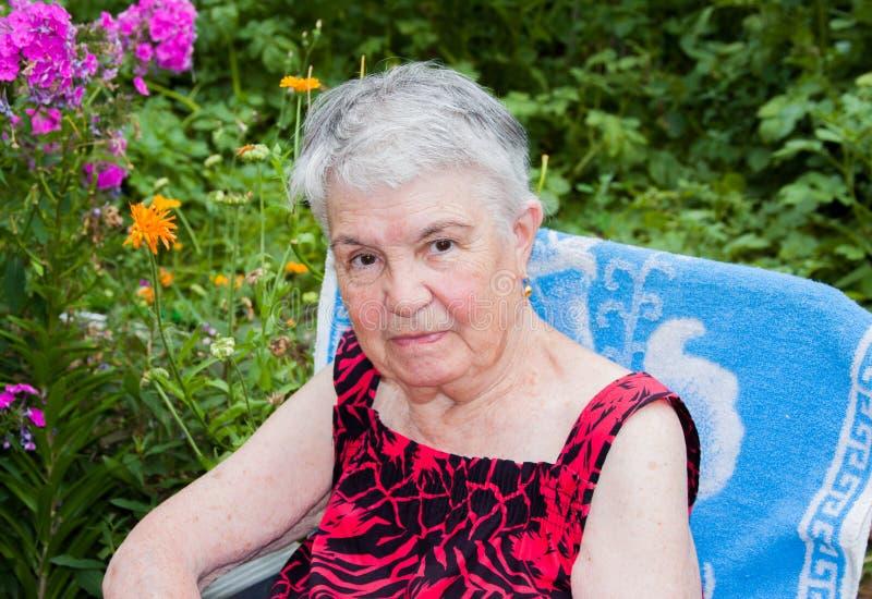 A mulher idosa na natureza imagens de stock