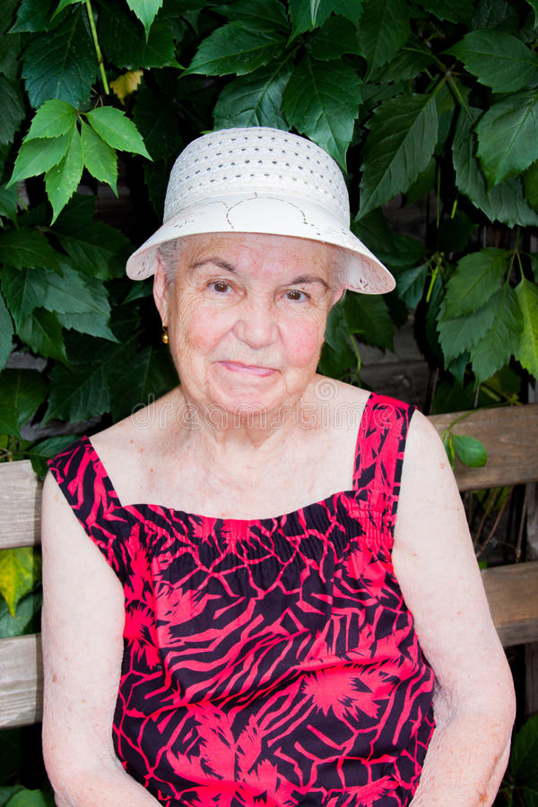 A mulher idosa na natureza fotografia de stock royalty free