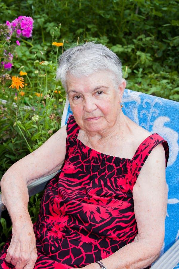 A mulher idosa na natureza foto de stock