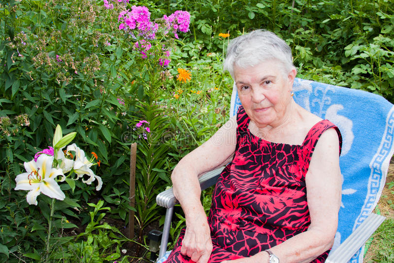 A mulher idosa na natureza fotos de stock
