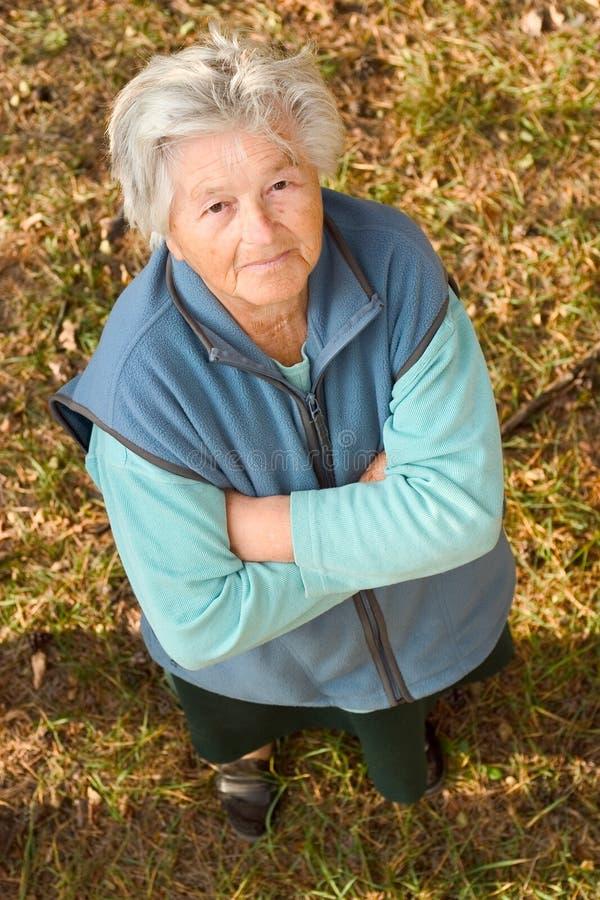 Mulher idosa que olha acima imagens de stock royalty free