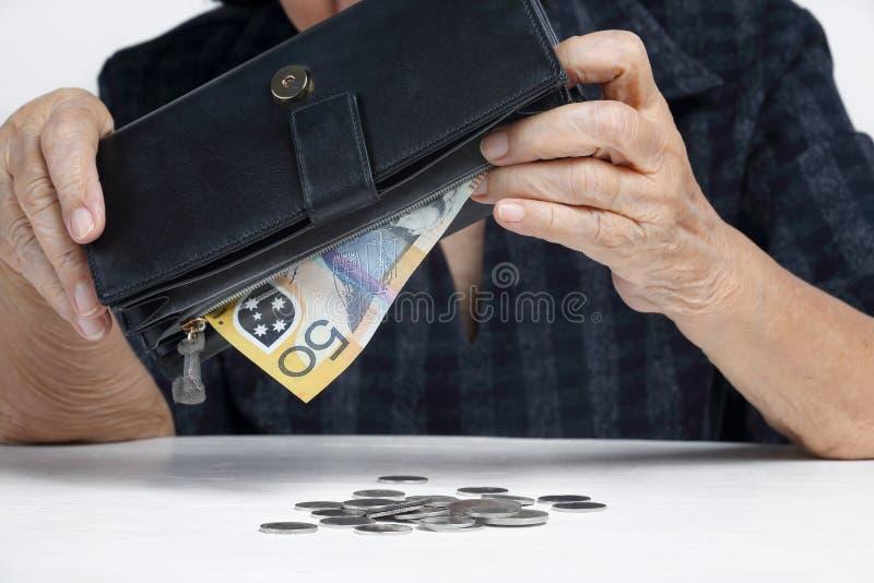 Mulher idosa que tem problemas financeiros imagens de stock royalty free