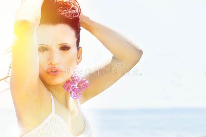 Mulher iluminada pela luz solar Atitude 'sexy' da expressão imagem de stock royalty free
