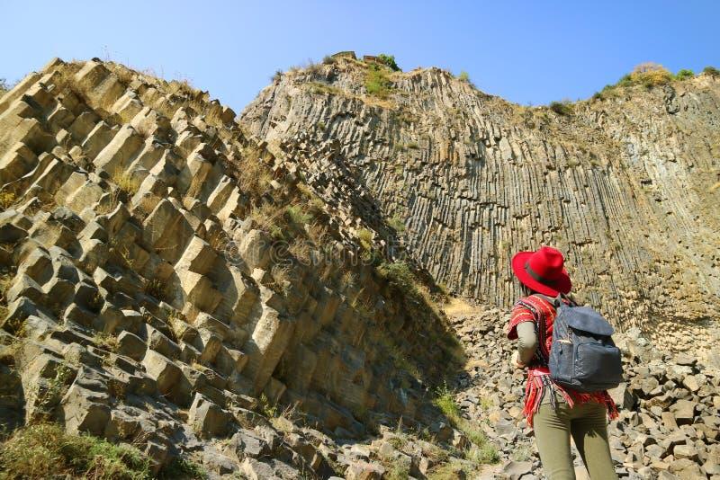 Mulher Impressionada pela Incrível Sinfonia de Pedras Basalt Coluna Formações Ao Longo da Garganta de Garni, Armênia fotos de stock