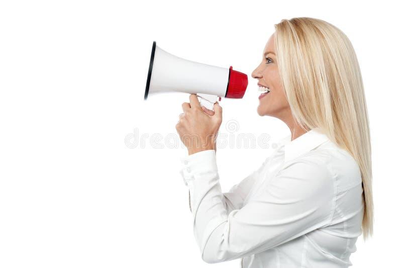 Mulher incorporada que fala sobre o telefone mega fotografia de stock