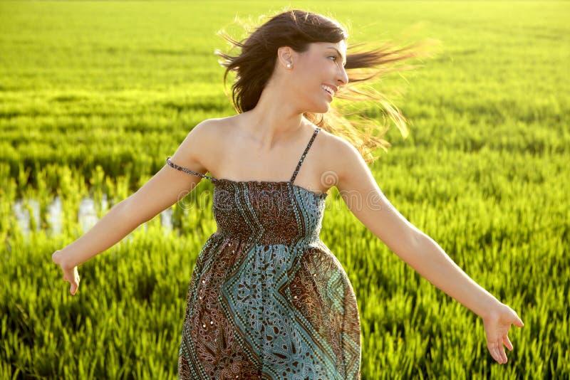 Mulher indiana bonita em campos verdes do arroz foto de stock