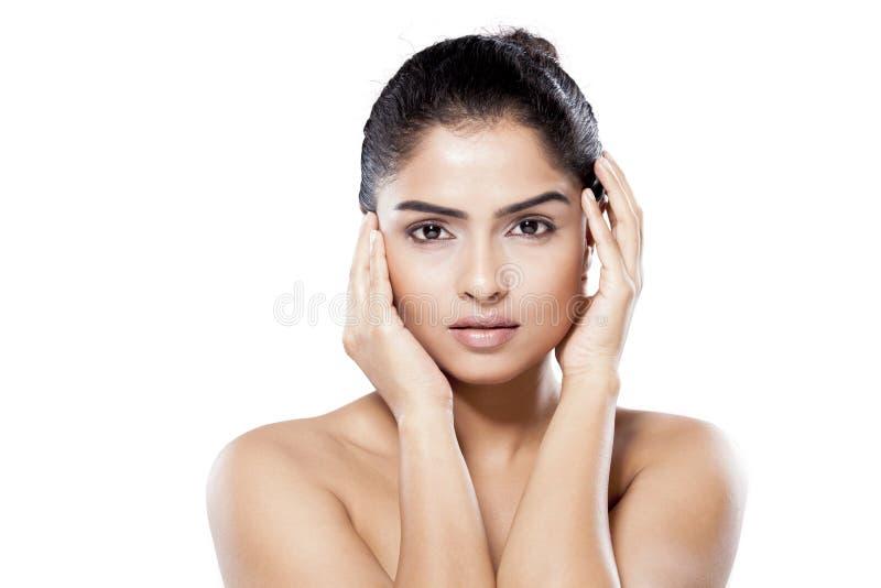 Mulher indiana bonita que levanta no estúdio foto de stock