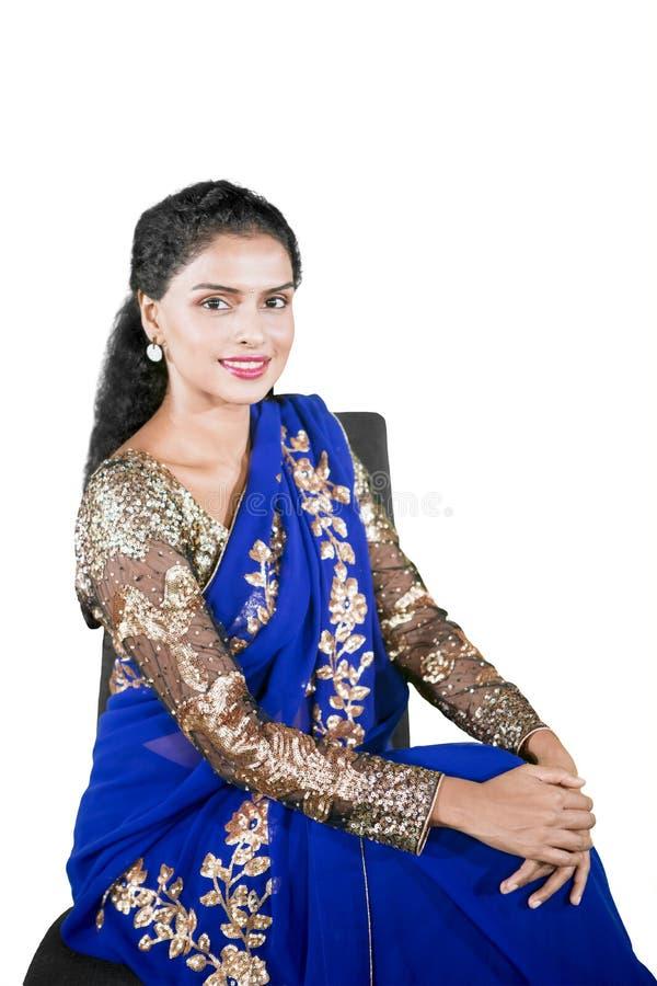 A mulher indiana bonita veste a roupa do saree no estúdio imagens de stock royalty free