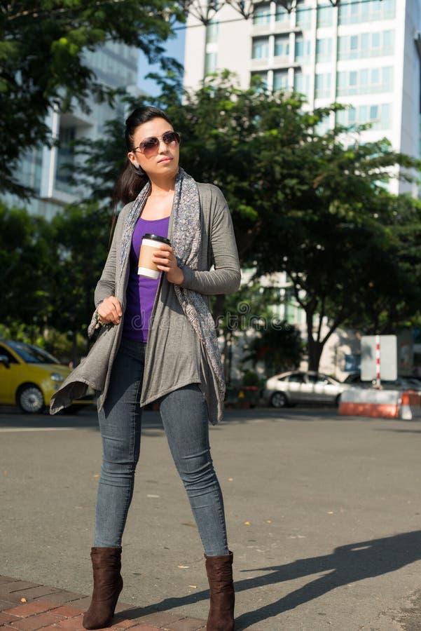 Mulher indiana com café foto de stock