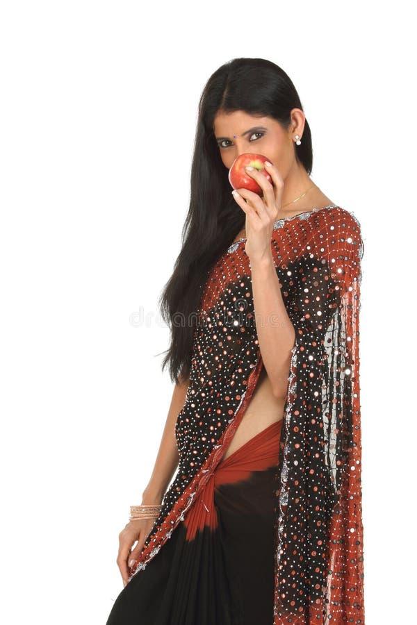 Mulher indiana com maçã imagem de stock
