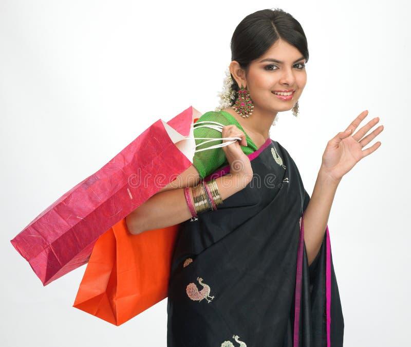 Mulher indiana com sacos de compra foto de stock