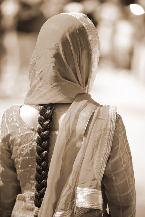 Mulher indiana com vestido e cabelo preto longo com efeito do sepia fotos de stock royalty free
