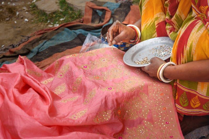 A mulher indiana decora o saree por lantejoulas e por gr?nulos em Amer Rajasthan India imagens de stock royalty free