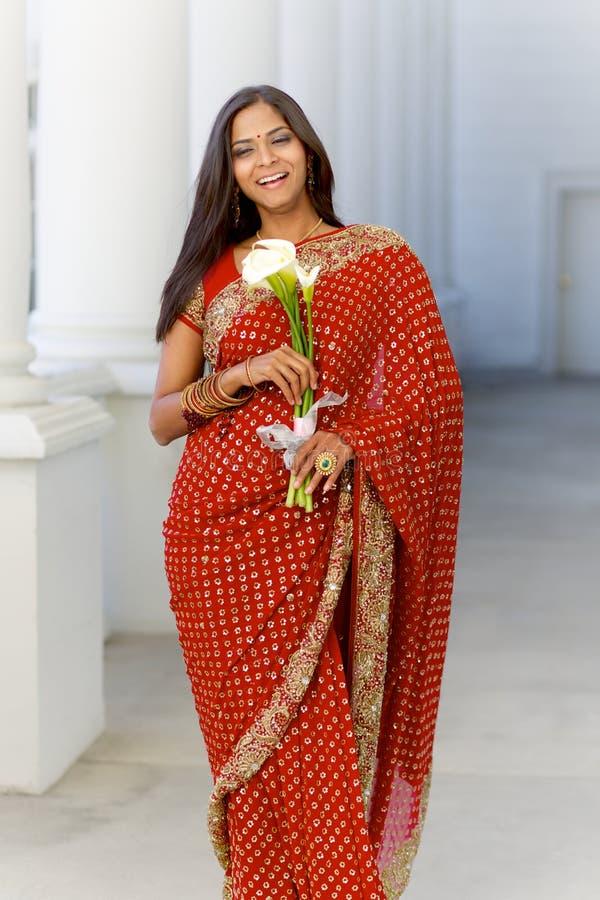 Mulher indiana em Sari Walking com flores fotos de stock