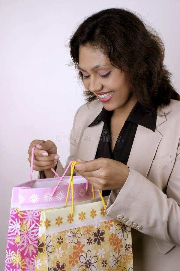 Mulher indiana feliz com sacos de compra foto de stock