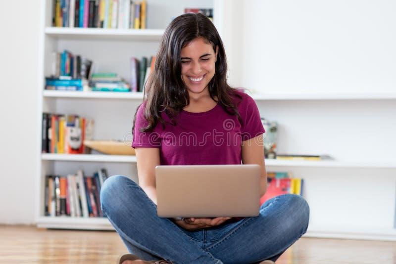 Mulher indiana feliz que compra em linha com computador imagem de stock royalty free
