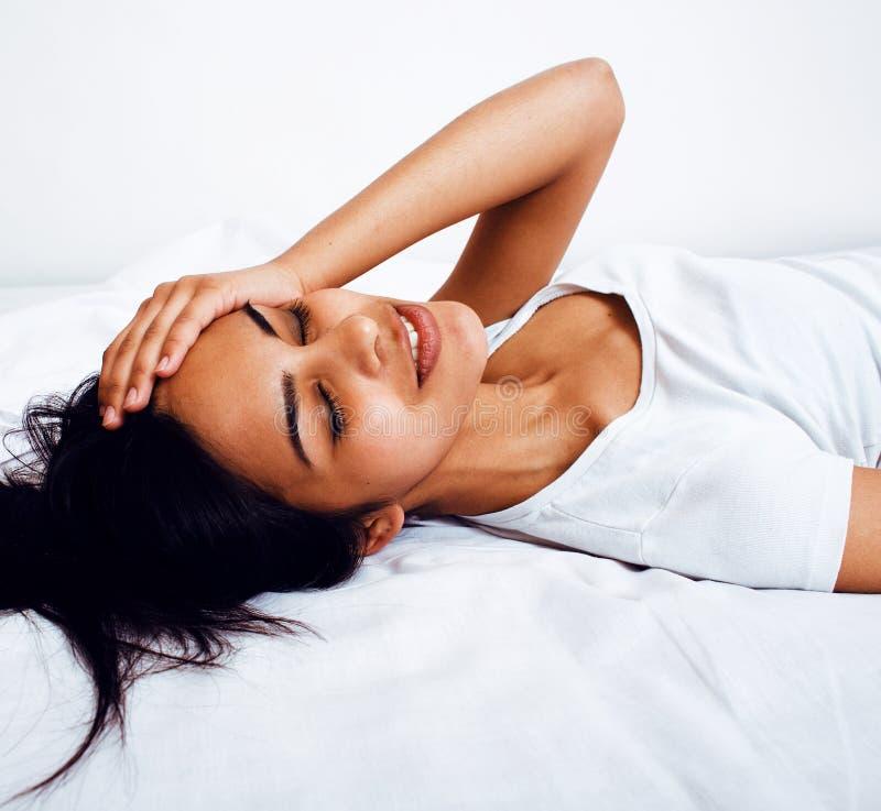 Mulher indiana moreno bonita na cama, sono chanfrado, estilo de vida real fotografia de stock royalty free