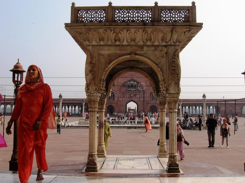 Mulher indiana muçulmana na mesquita fotos de stock royalty free