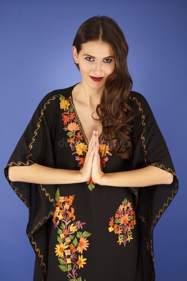 Mulher indiana no namaste tradicional do cumprimento da roupa fotografia de stock royalty free