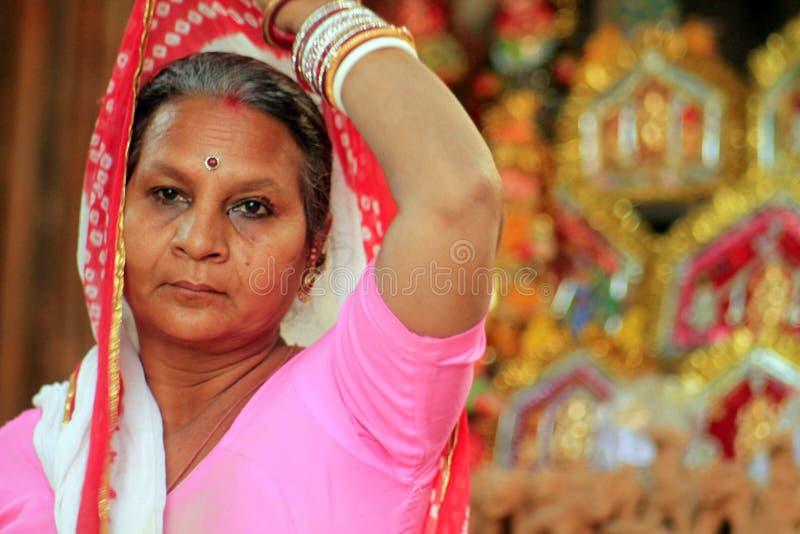 Mulher indiana no sari fotografia de stock royalty free