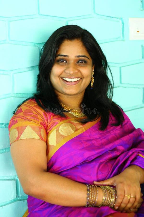 Mulher indiana no sorriso roxo do Saree fotografia de stock