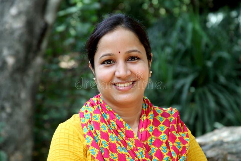 Mulher indiana nova alegre em fora imagens de stock royalty free