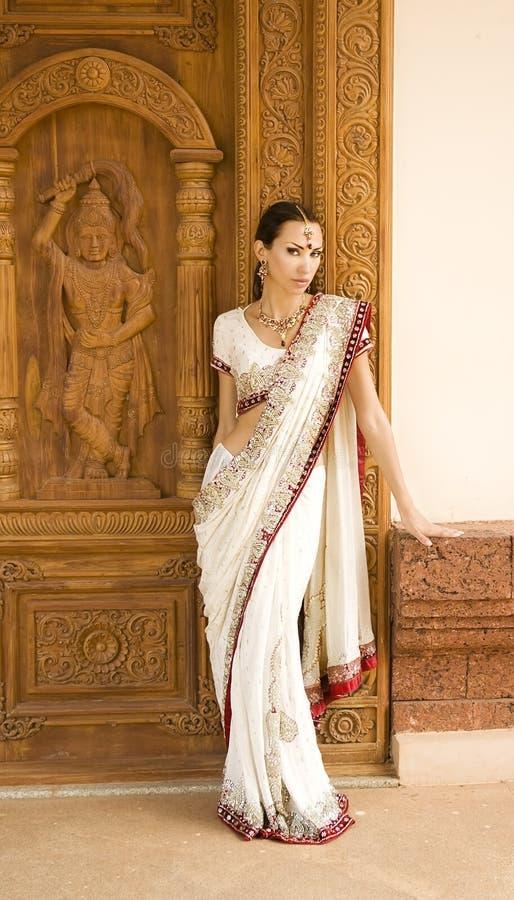 Mulher indiana nova bonita na roupa e no orienta tradicionais fotografia de stock