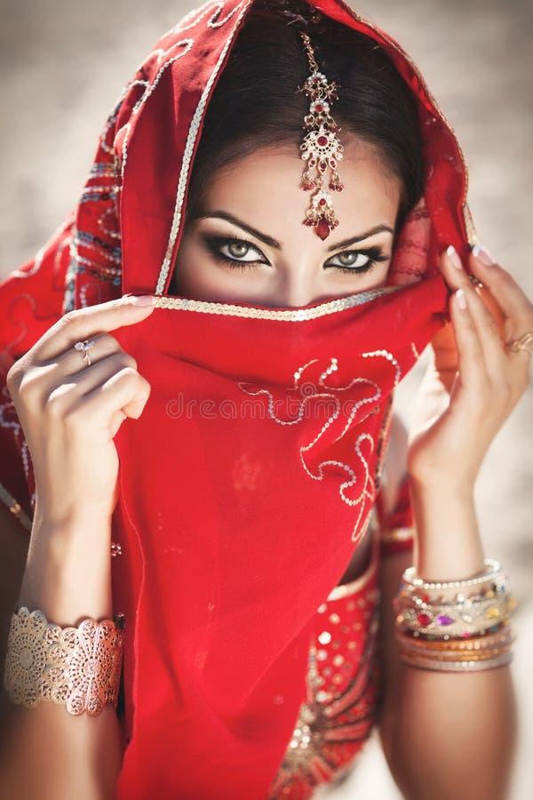 Bellydancer indiano bonito da mulher. Noiva árabe fotografia de stock