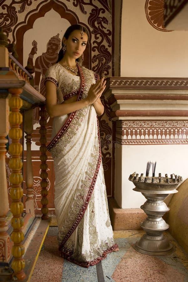 Mulher indiana nova bonita na roupa tradicional com incens imagens de stock
