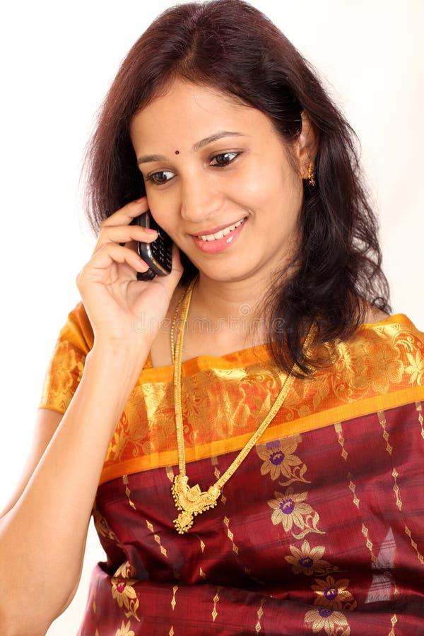 Mulher indiana que fala no telefone foto de stock