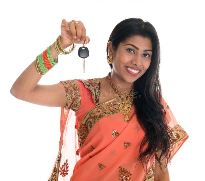Mulher indiana que guardara a chave do carro imagem de stock royalty free