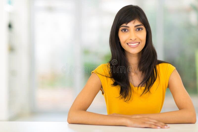 Mulher indiana que relaxa em casa fotos de stock
