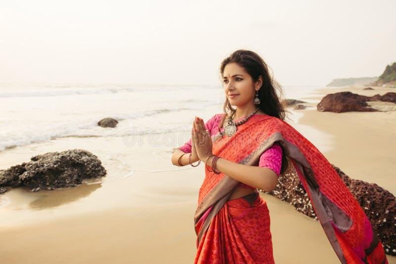Mulher indiana que reza na natureza imagens de stock royalty free