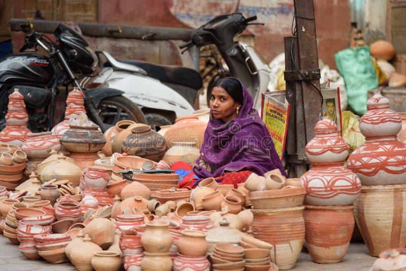 Mulher indiana que vende potenciômetros de argila no mercado local em Bikaner Rajasthan India imagem de stock royalty free