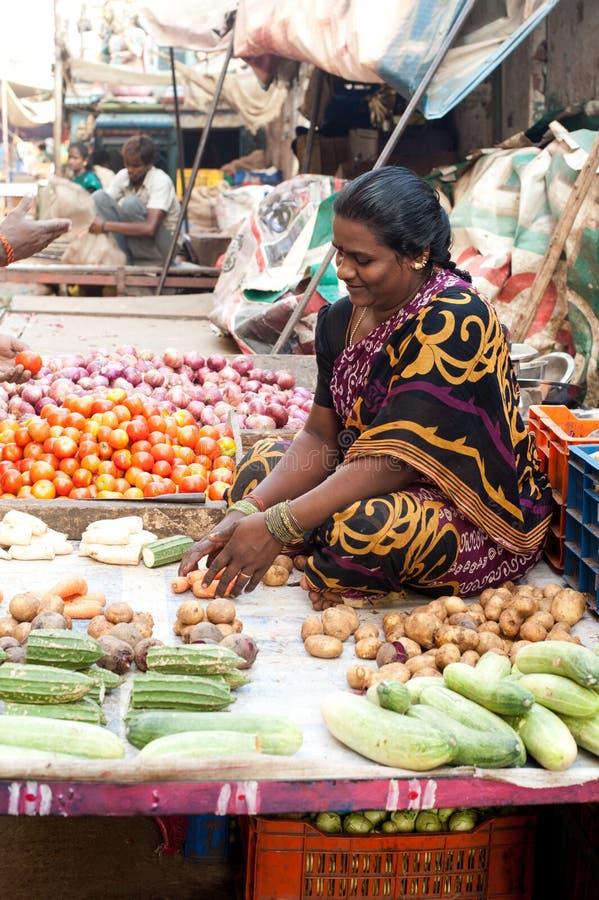 Mulher indiana que vende vegetais no mercado Chennai, India fotos de stock royalty free