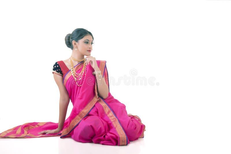Mulher indiana que veste o saree tradicional foto de stock