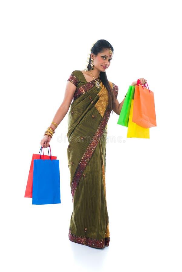 Mulher indiana sul tradicional que guardara os sacos de compras a de Deepavali imagem de stock royalty free