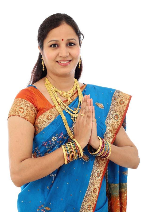 Mulher indiana tradicional Namaste de cumprimento da mulher imagens de stock