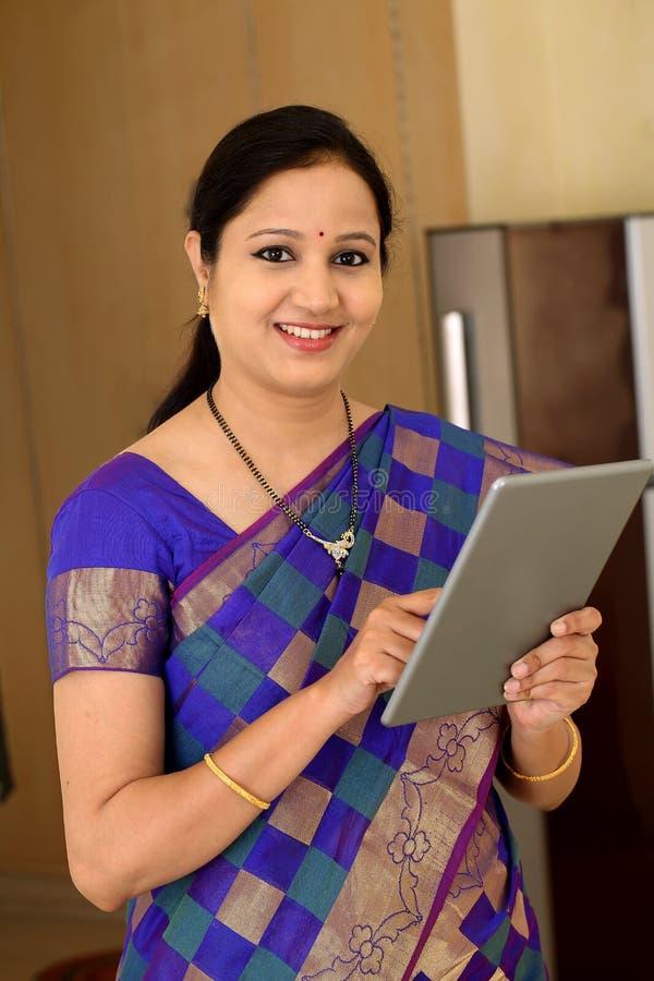 Mulher indiana tradicional que usa um tablet pc foto de stock