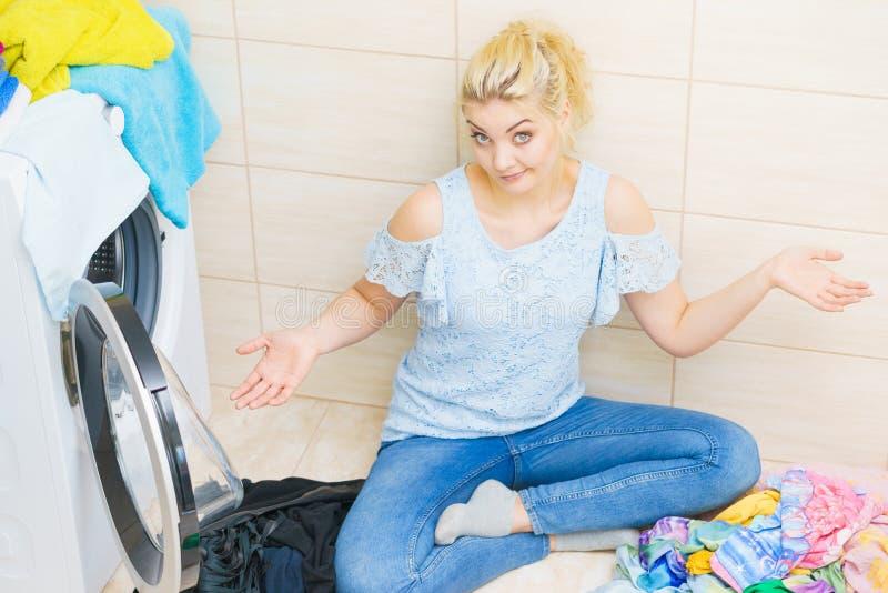 Mulher infeliz que tem muita lavanderia fotos de stock