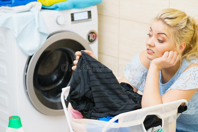 Mulher infeliz que tem muita lavanderia imagem de stock