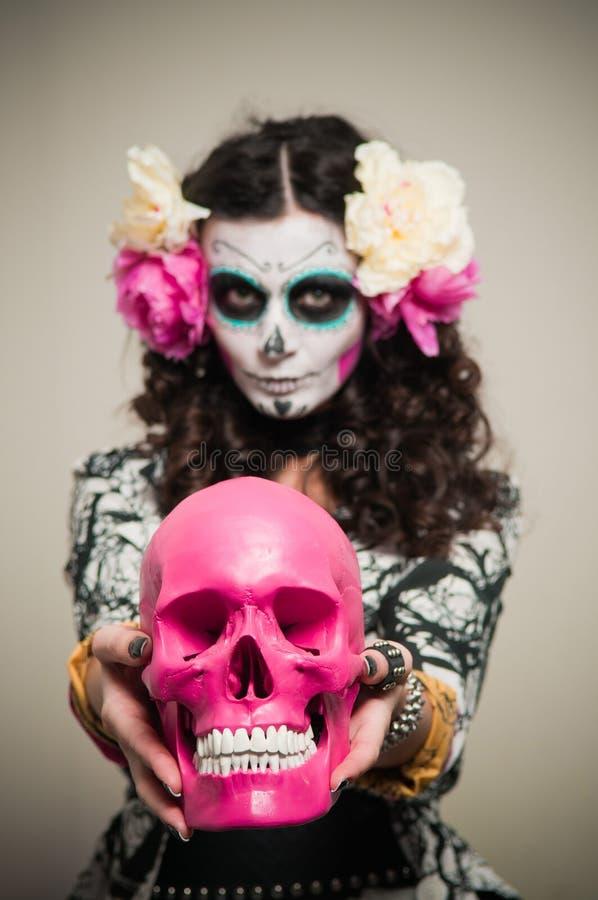 Mulher inoperante de vida de Halloween com crânio imagem de stock