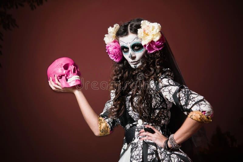 Mulher inoperante de vida de Halloween com crânio fotos de stock