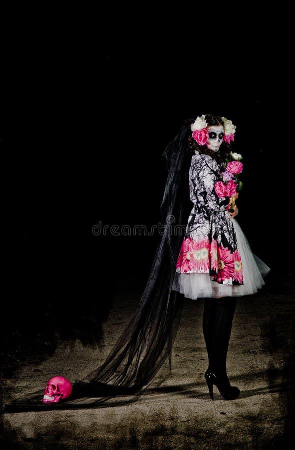 Mulher inoperante de vida de Halloween com crânio imagem de stock royalty free