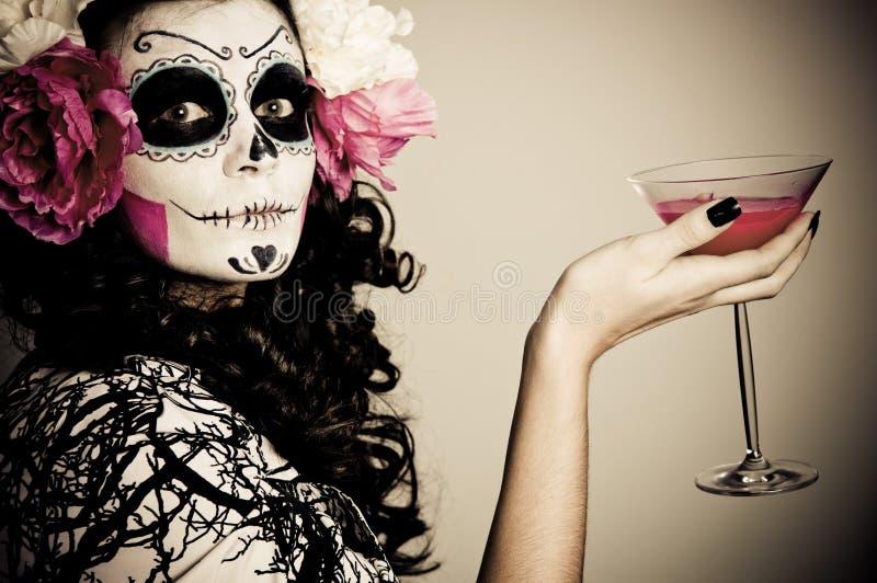 Mulher inoperante de vida de Halloween que tem uma bebida fotografia de stock